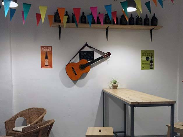 the-growler fons de lu bar guitar on the wall